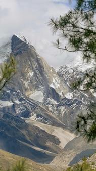 Hermoso paisaje de montañas rocosas cubiertas de niebla en el parque nacional gangotri