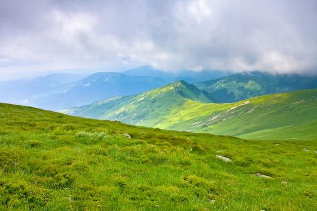 Hermoso paisaje de montañas