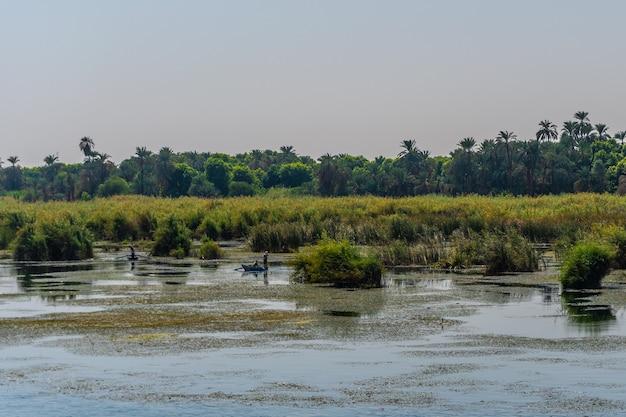 Hermoso paisaje natural navegando en el crucero por el río nilo desde luxor a aswer, egipto