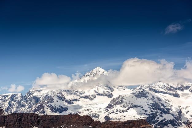 Hermoso paisaje natural vista del paisaje de las montañas de los alpes suizos en zermatt, suiza.