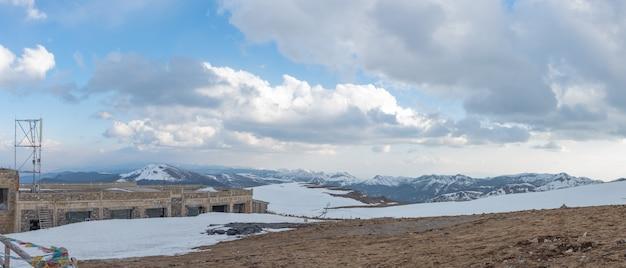 Hermoso paisaje de nieve montaña de shangri-la, china.
