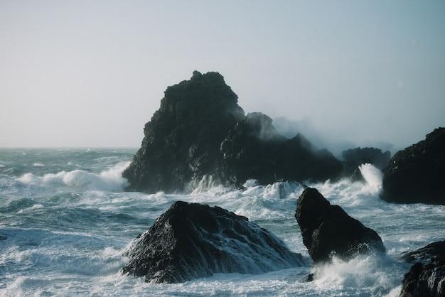 Hermoso paisaje de olas del mar rompiendo sobre formaciones rocosas