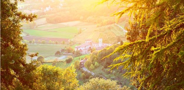 Hermoso paisaje otoñal, suburbio de bérgamo en italia