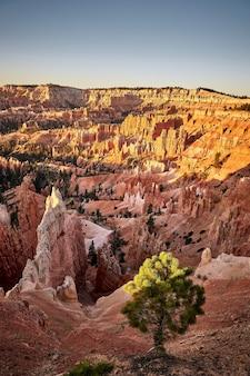 Hermoso paisaje de un paisaje de cañón en el parque nacional bryce canyon, utah, ee.
