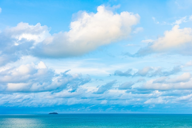 Hermoso paisaje panorámico o océano marino con nubes blancas en el cielo azul para viajes de placer en vacaciones