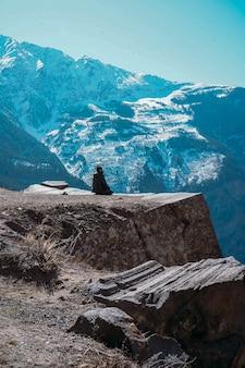 Hermoso paisaje con una persona solitaria mirando montañas cubiertas de nieve en el punto de suicidio en kalpa