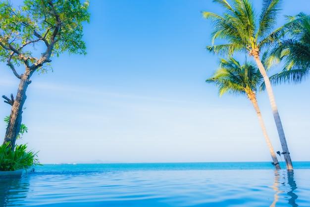 Hermoso paisaje de piscina al aire libre en hotel resort