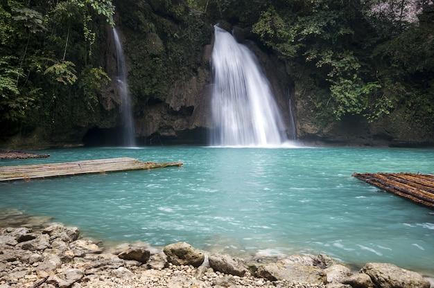 Hermoso paisaje de una poderosa cascada que fluye en el mar en cebú, filipinas