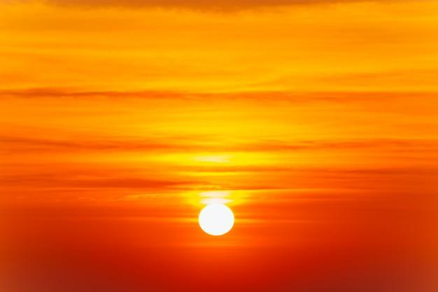 Hermoso paisaje de la puesta de sol ardiente y el cielo naranja sobre él.
