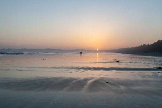 Hermoso paisaje de puesta de sol en la playa del parque nacional pacific rim en la isla de vancouver, canadá