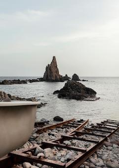 Hermoso paisaje con rocas y mar.
