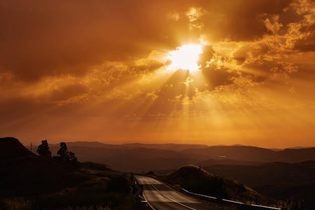 Hermoso paisaje con sol y colinas
