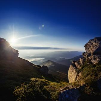 Hermoso paisaje soleado de montaña