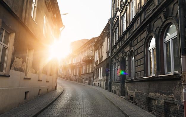 Hermoso paisaje urbano carril en polonia al atardecer