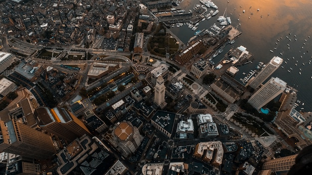 Hermoso paisaje urbano elevado con un dron