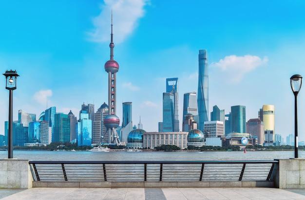 Hermoso paisaje urbano horizonte de shanghai en día soleado, china