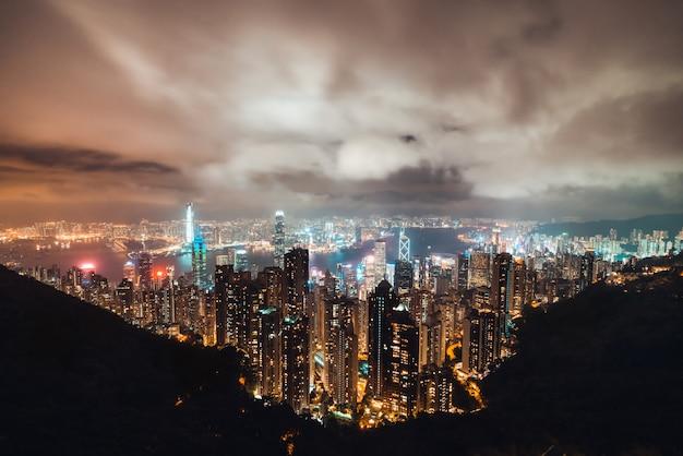 Hermoso paisaje urbano de la isla de hong kong, vista aérea nocturna.