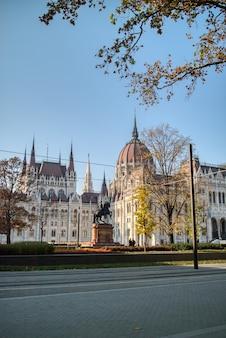 Hermoso paisaje urbano del monumento estatua ecuestre rakoczi ferenc en el fondo del edificio del parlamento húngaro, budapest, hungría.
