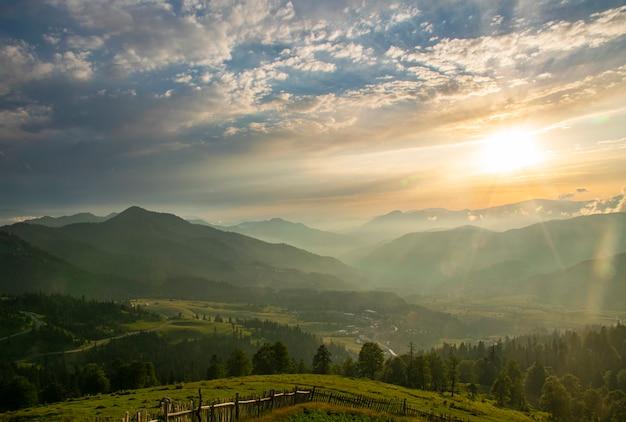 Hermoso paisaje del valle de montaña de verano