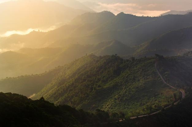 Hermoso paisaje de verano en las montañas con la puesta de sol