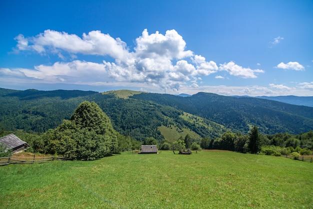 Hermoso paisaje de verano del pueblo entre las montañas de karpaty.