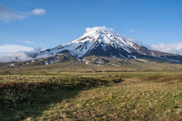 Hermoso paisaje volcánico de otoño. extremo oriente ruso, península de kamchatka, eurasia