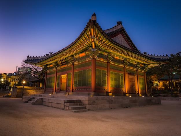 Hermoso palacio asiático nacional en seúl