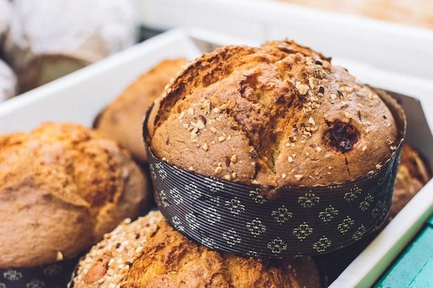 Hermoso pan integral en un mercado de agricultores