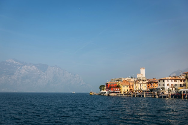 Hermoso panorama del lago de garda, italia. vista del hermoso lago de garda desde un bote rodeado de montañas