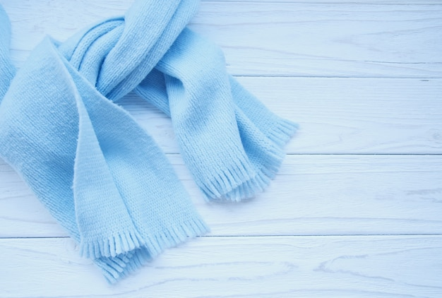 Hermoso pañuelo azul claro atado sobre un fondo de madera con espacio de copia a la derecha, estilo retro