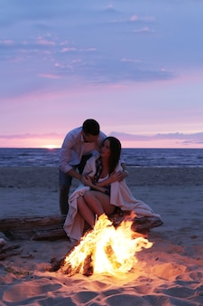 Hermoso, pareja, en la playa