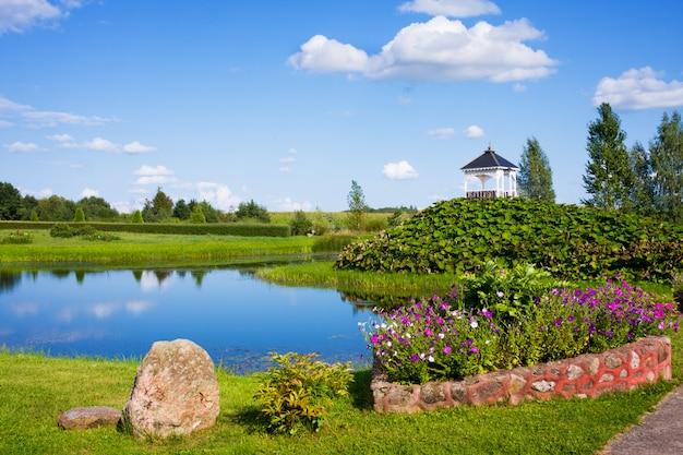 Hermoso parque con esculturas cerca de la iglesia de santa ana en mosar, bielorrusia, el sitio de la misión jesuita