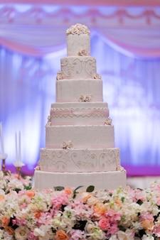 Hermoso pastel de bodas, pastel blanco decoración de la boda