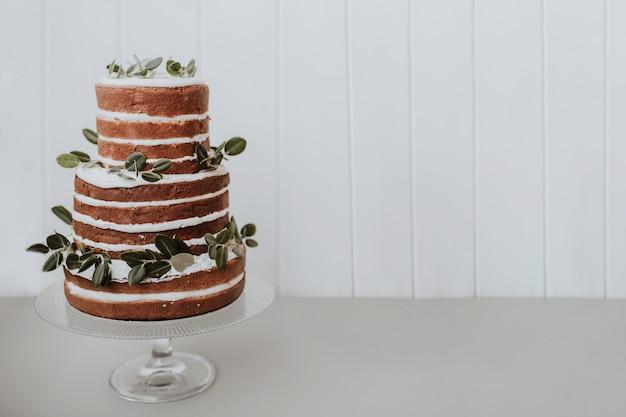 Hermoso pastel de bodas sobre fondo blanco con espacio a la derecha
