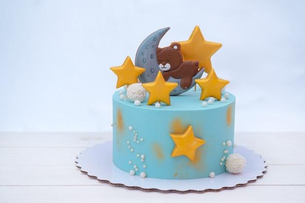 Hermoso pastel de cumpleaños para bebé con osito de peluche, estrellas y luna