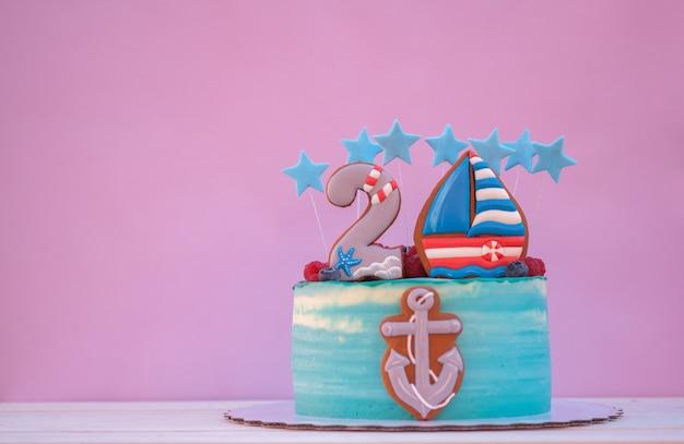 Hermoso pastel para el cumpleaños de un niño con el número dos y el ancla del barco.