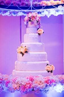 Hermoso pastel de bodas, decoración de la boda de la torta blanca