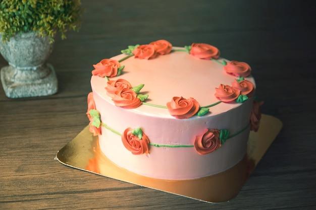 Hermoso pastel de feliz cumpleaños en celebración