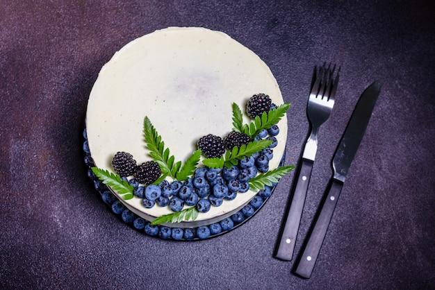 Hermoso pastel sabroso con crema blanca