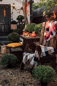Hermoso patio de otoño cerca de la casa con terraza.