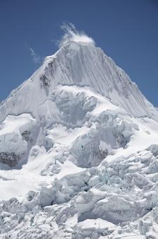 Hermoso pico de alpamayo en la cordillera blanca, perú