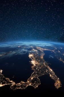 Hermoso planeta tierra azul con luces de la ciudad de noche. europa central e italia en la vista nocturna desde el espacio. ciudades modernas y electricidad