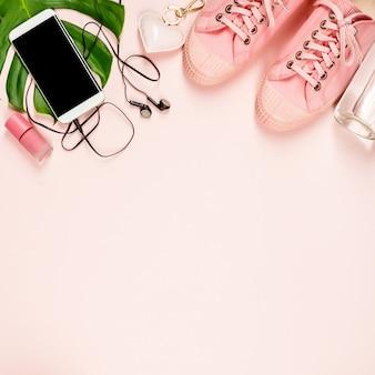 Hermoso plano con accesorios de moda sobre fondo rosa