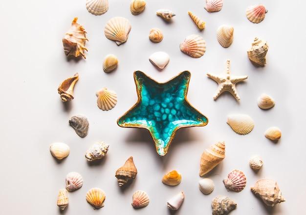 Hermoso plato de decoración de estrellas de mar en la vista superior de fondo blanco
