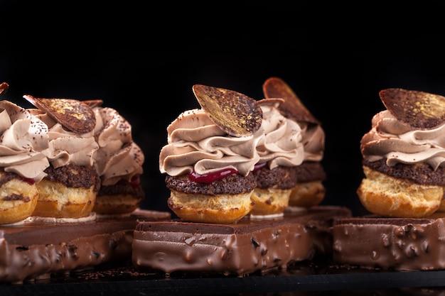 Hermoso postre de chocolate sobre fondo negro, ganache de chocolate con shu
