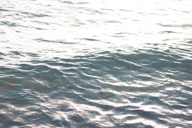 Hermoso primer plano de las olas del mar y texturas de agua