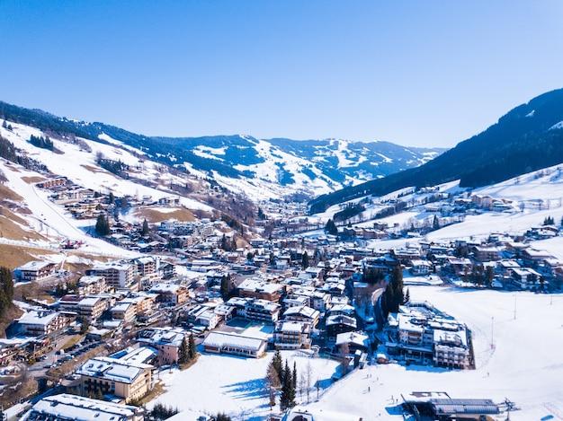 Hermoso pueblo de montaña cubierto de nieve en los alpes en austria