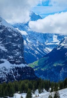 Hermoso pueblo en montaña hermosa