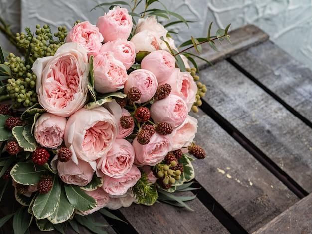 Hermoso ramo de boda de arbusto y peonía suavemente rosas rosadas.