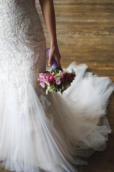 Hermoso ramo de boda en manos de la novia.